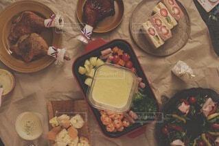食卓の上の食べ物の写真・画像素材[4154213]