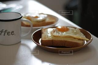皿の上のコーヒーカップのクローズアップの写真・画像素材[4154230]