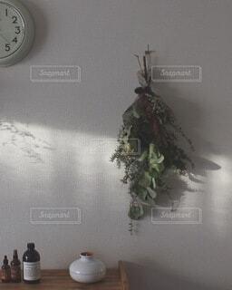 部屋の真ん中に時計の写真・画像素材[4154243]