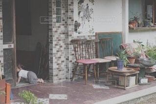 暖炉の隣に座っている人の写真・画像素材[4154251]