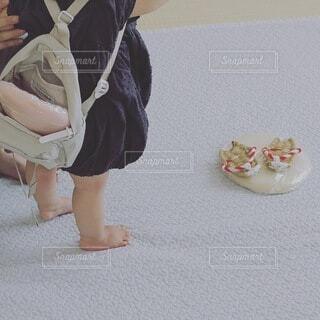 赤ちゃんを抱いている人の写真・画像素材[4154254]