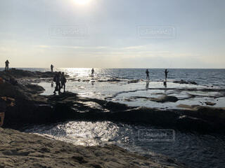 人々が優雅に過ごす海岸の写真・画像素材[4155205]