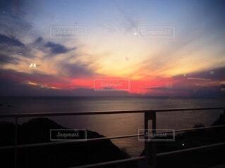 水の体に沈む夕日の写真・画像素材[4823213]