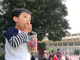 建物の前に立っている少年の写真・画像素材[1164331]