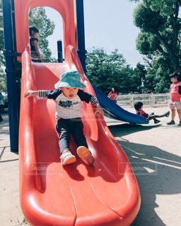 すべり台で遊ぶ幼児の写真・画像素材[1165059]