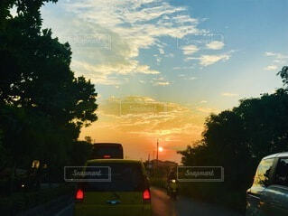 風景,空,夕日,屋外,雲,夕暮れ,車,道路,オレンジ,樹木,道,サンセット,ドライブ,車両,自動車部品,陸上車両
