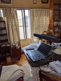 屋内,部屋,窓,テーブル,デスク,コンピューター,テキスト,ノート パソコン