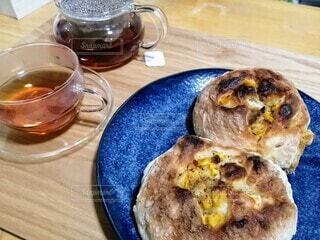 お皿に乗った手作りパンと紅茶の写真・画像素材[4158427]