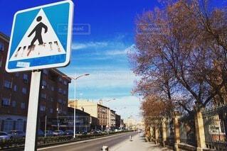 空,屋外,看板,標識,樹木,都会,通り,交通標識,テキスト