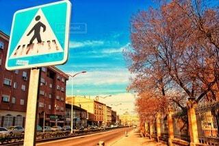 空,建物,屋外,看板,標識,樹木,都会,通り,交通標識,テキスト