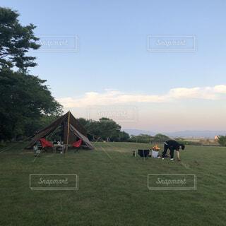 空,屋外,緑,雲,景色,草,樹木,テント,遊び場