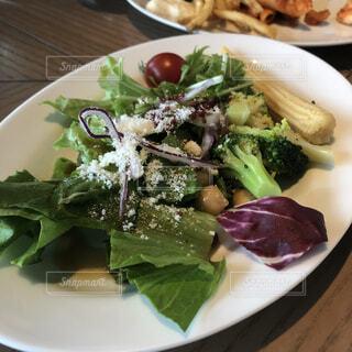 食べ物,食事,ディナー,白,テーブル,野菜,皿,サラダ,ブロッコリー,レストラン,葉野菜,付け合わせ,ほうれん草のサラダ,アラカルト食品