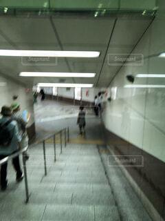 男性,風景,屋内,駅,部屋,床,人物,壁,人,地下鉄,天井,履物