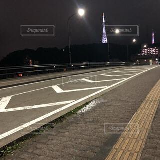 風景,空,夜,屋外,道路,道,電波塔,明るい,プラットフォーム,街路灯