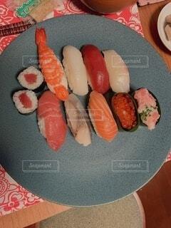 盛り付け直したテイクアウト寿司の写真・画像素材[4183877]