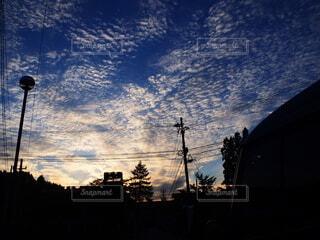 空,屋外,雲,夕暮れ,暗い,シルエット,樹木,うろこ雲,旅先,ゆう