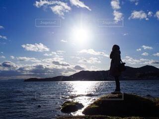 自然,風景,海,空,屋外,太陽,雲,水面,山,日差し,シルエット,人物,人,旅行,旅