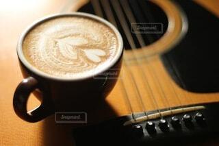 コーヒー,屋内,ギター,テーブル,カップ,ラテアート,ドリンク,ラテ,飲料,コーヒー カップ,受け皿