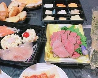 食べ物,飲み物,風景,テーブル,チーズ,料理,寿司,シャンパン,出前,色,生ハム,ローストビーフ,宅配,テイクアウト,オードブル,アイテム,バゲット,ボックス,デリバリー,お持ち帰り,プラスチック,多色,色・表現