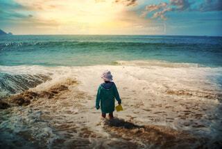 海,夕日,後ろ姿,夕焼け,波,海岸,子供,ラッセン,劇的