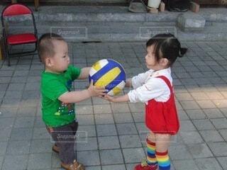 子ども,風景,スポーツ,床,人物,ボール,人,サッカー,赤ちゃん,地面,幼児,少年,若い,遊び場,少し