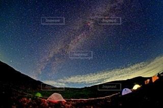 五色ヶ原から望む満天の星空の写真・画像素材[4165420]
