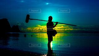 空,屋外,湖,ビーチ,雲,夕暮れ,水面,撮影,シルエット,人物,人,明るい,音声さん