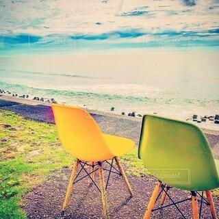 海,屋外,砂,ビーチ,水面,椅子,ブルースカイ,夏の海,コバルトブルー,波の音,イエローチェアー,グリーンチェアー,カップルチェアー,夏の一幕