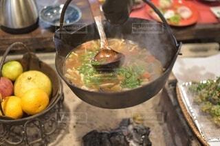 囲炉裏の上の鍋の写真・画像素材[4195695]