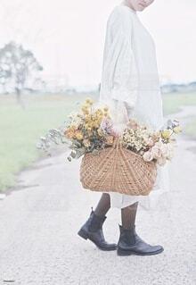 かごいっぱいの花束の写真・画像素材[4196127]