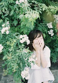 花の前に立っている人の写真・画像素材[4435296]