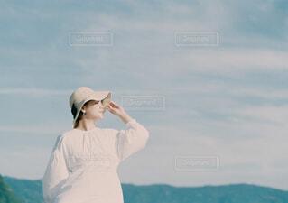 水の体の隣に立っている男の写真・画像素材[4467462]