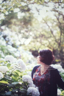 花を持っている人の写真・画像素材[4560772]
