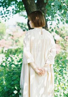 花を持っている人の写真・画像素材[4588263]