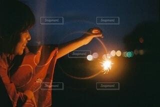 夜にライトアップされる人の写真・画像素材[4662582]