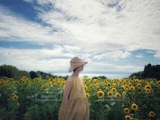 花の前に立っている男の写真・画像素材[4662588]
