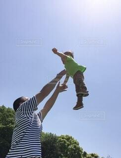 パパの高い高いは最高に楽しいなの写真・画像素材[4171084]