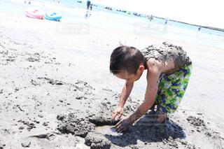 泥だらけで遊ぶ男の子の写真・画像素材[4433133]