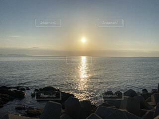 岩場から見る夕日の写真・画像素材[4434802]
