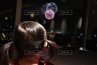 ラウンジから花火を眺める女の子の写真・画像素材[4593782]