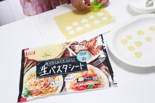 スープに入れる生ピスタを型抜きする娘の写真・画像素材[4712909]