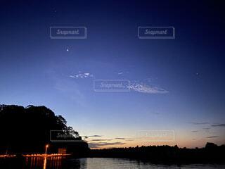 空,屋外,太陽,雲,夕暮れ,水面,樹木,月