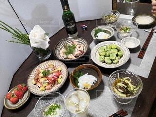 食べ物,ディナー,屋内,野菜,皿,食器,ボトル,サラダ,料理,晩酌,ファストフード,大皿