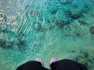 ムートンブーツと海の写真・画像素材[4194454]