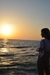 男性,海,空,屋外,太陽,ビーチ,夕暮れ,水面,海岸,沖縄,水平線,人物,人,chill,日の入
