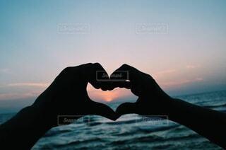 海,空,屋外,太陽,ビーチ,夕暮れ,手,水面,ハート,愛,日の入