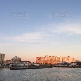 自然,風景,海,空,建物,屋外,雲,晴れ,夕暮れ,船,川,水面,海岸,月,高層ビル,港,漁港,綺麗な空,日中