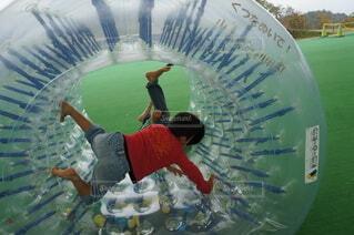 サイバーホイールで遊ぶ子供たちの写真・画像素材[4313054]