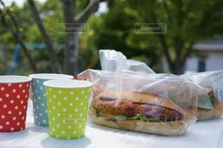 惣菜パンでピクニックの写真・画像素材[4359709]