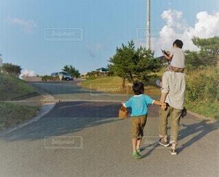 肩車の次男と手を繋ぐ親子の写真・画像素材[4483358]